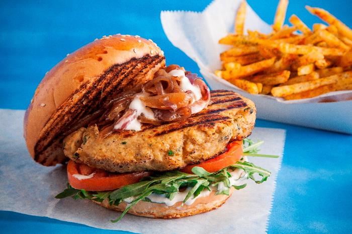 יאמבורגר - המבורגר מבשר סרטנים בליווי צ'יפס מתובל קרדיט צילום אפיק גבאי_resize