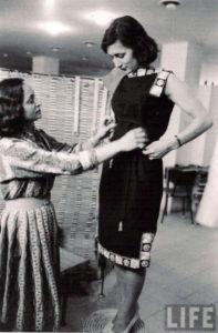 יעל דיין מדגמנת שמלת משכית בשנות ה-60 צילום ארכיון באדיבות שנקר_resize